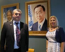 Igor Lobortas, Susan Polgar, honored FIDE trainer, eighth world champion from 1996 to 1999 with the portrait of Ban Ki-moon - the eighth Secretary-General of the United Nations.